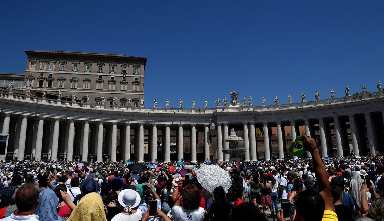 Miles de personas en el Vaticano atentos al Angelus. (Foto: AFP)