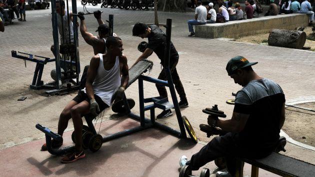 Ciudadanos venezolanos afectados por la crisis actual. La falta de energía eléctrica perjudica el acceso a servicios básicos. (Foto: AFP)