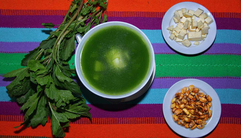 El caldo verde lleva queso fresco, huevo duro, cancha serrana y el ingrediente principal, el paico. (Foto: Antonio Melgarejo)