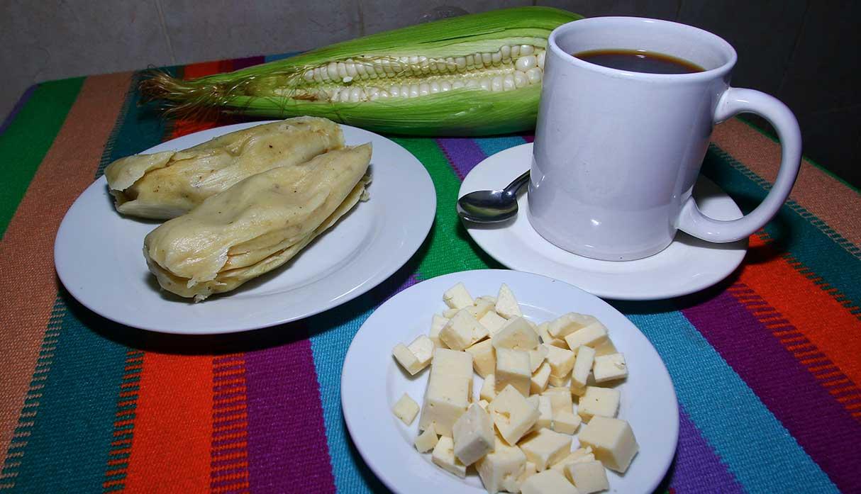 Los tamales son hechos con mote molido, cáscaras de pimiento y rocoto y queso fresco. (Foto: Antonio Melgarejo)