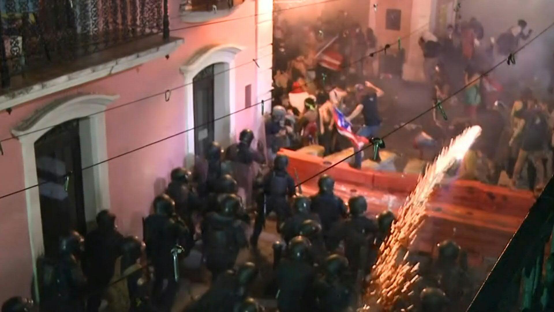 Policía de Puerto Rico lanzó gas lacrimógeno contra manifestantes la noche del lunes. (Foto: AFP)
