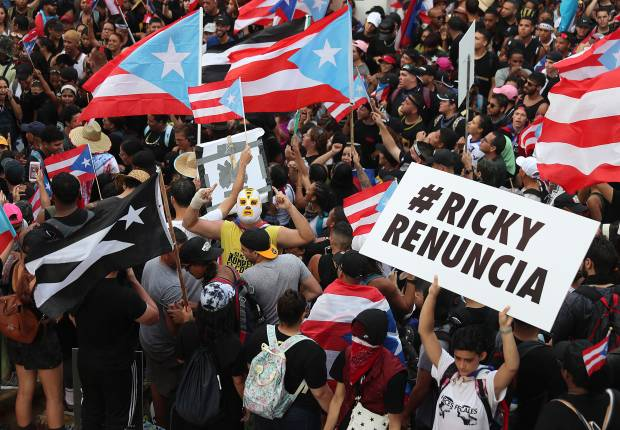 Manifestantes protestaron en contra de Ricardo Rosselló, el Gobernador de Puerto Rico, después de que se expuso un chat grupal que incluyó comentarios misóginos y homofóbicos. (Foto: AFP)