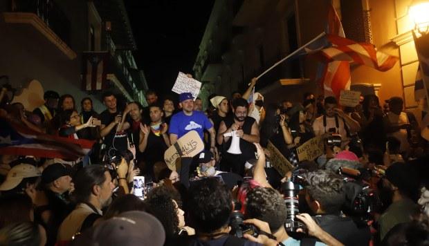 Residente participa en una protesta este martes, en San juan. Los cantantes puertorriqueños Bad Bunny y Residente (ex Calle 13) acudieron a manifestarse delante de la sede de La Fortaleza. (Foto: EFE)