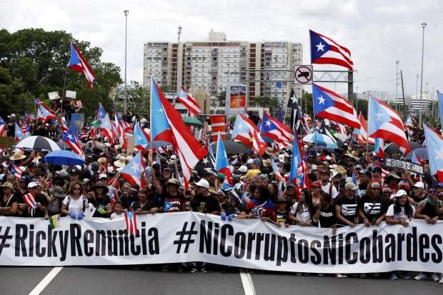 Cientos de personas participaron el lunes en una marcha masiva, en San Juan (Puerto Rico), para pedir la dimisión del gobernador de Puerto Rico, Ricardo Rosselló. (Foto: EFE)