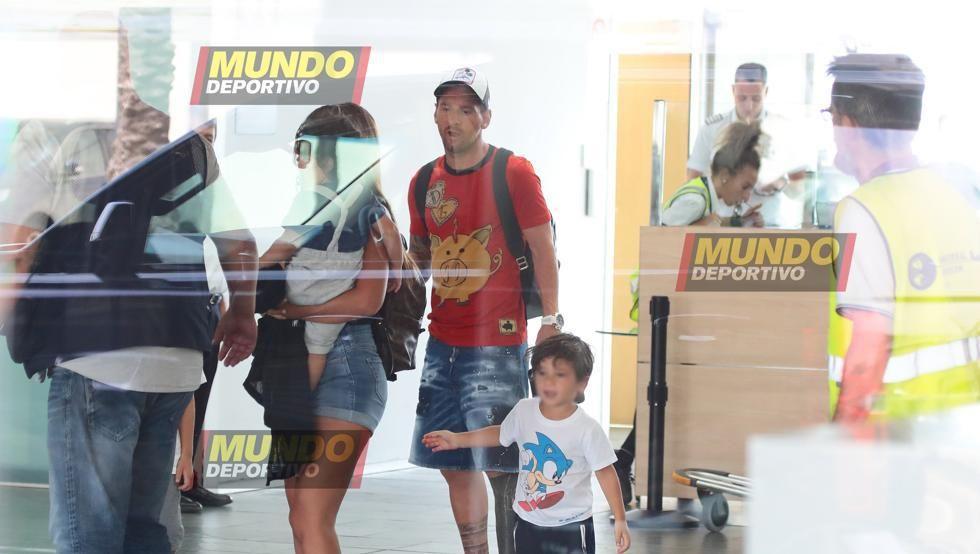 Lionel Messi, con su familia, en su llegada a Barcelona. (Foto: Mundo Deportivo)