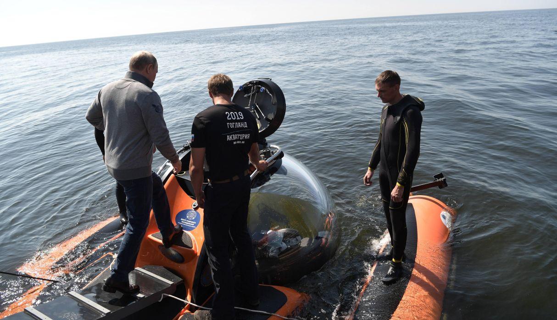Putin desciende en sumergible para homenajear a submarino soviético naufragado. (Foto: EFE)