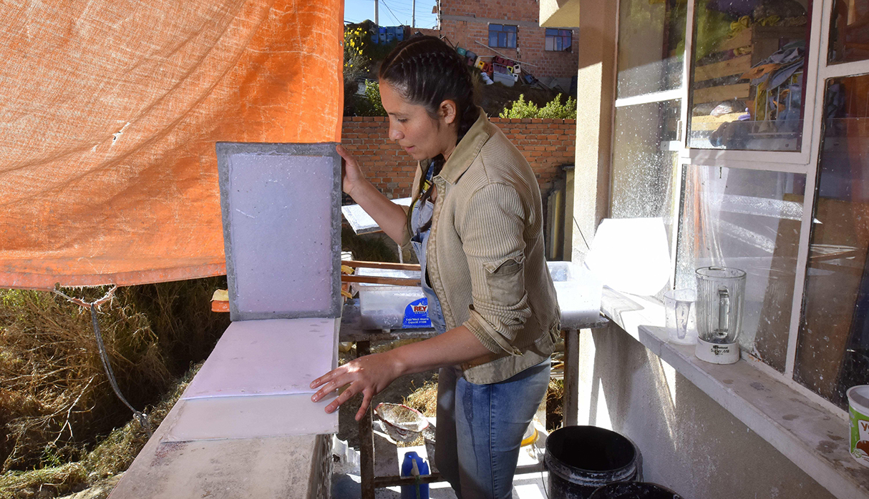 Su elaboración consta de papeles reciclados, además de fibras vegetales como hojas de plátano, piña o totora. (Foto: EFE)