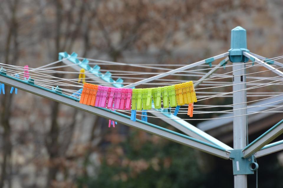 Utiliza ganchos de plástico, estos no mancharán tu prenda. (Foto: Pixabay)