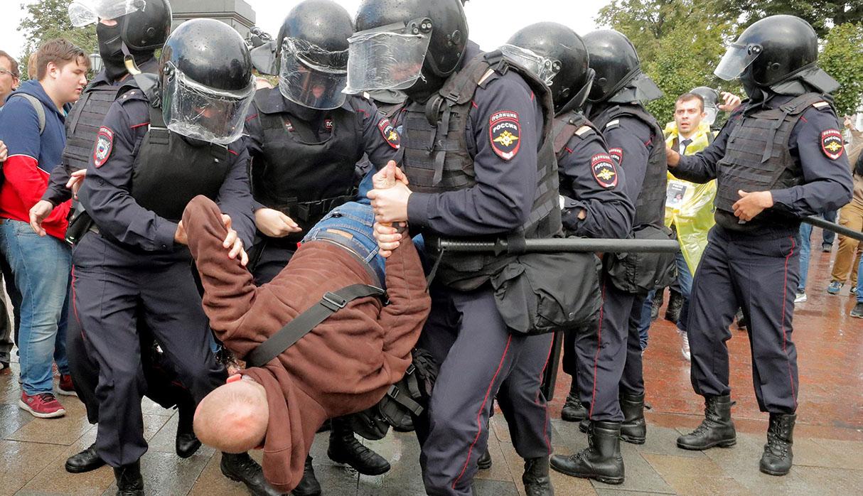Según una ONG, más de 800 personas fueron detenidas por la policía. (Foto: EFE)