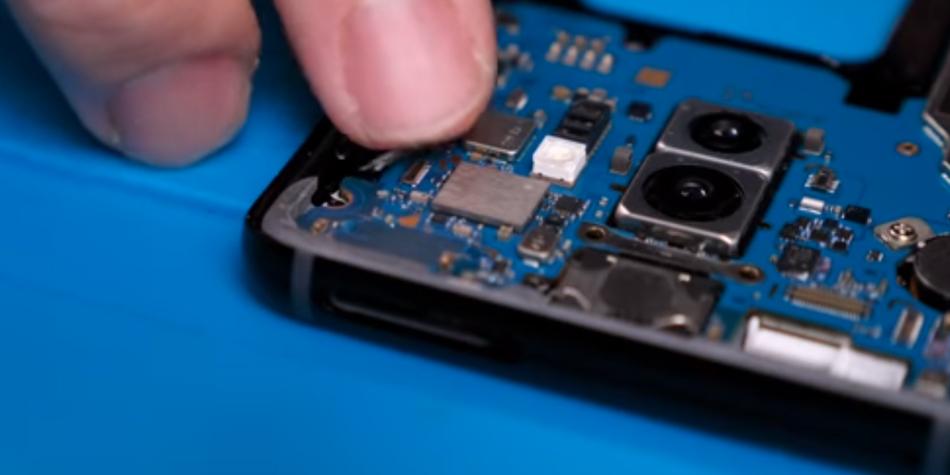 ¿Te animarías a crear un smartphone a lo Frankenstein? Youtuber se lanza al reto y no creerás cómo acabó su celular con Android. (Foto: YouTube)