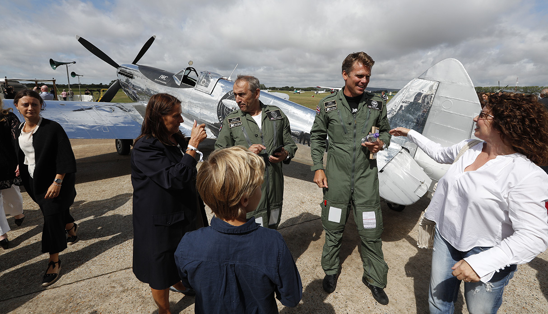 La idea es dar la vuelta al mundo en este aparato que se utilizó en la Segunda Guerra Mundial. (Foto: AFP)