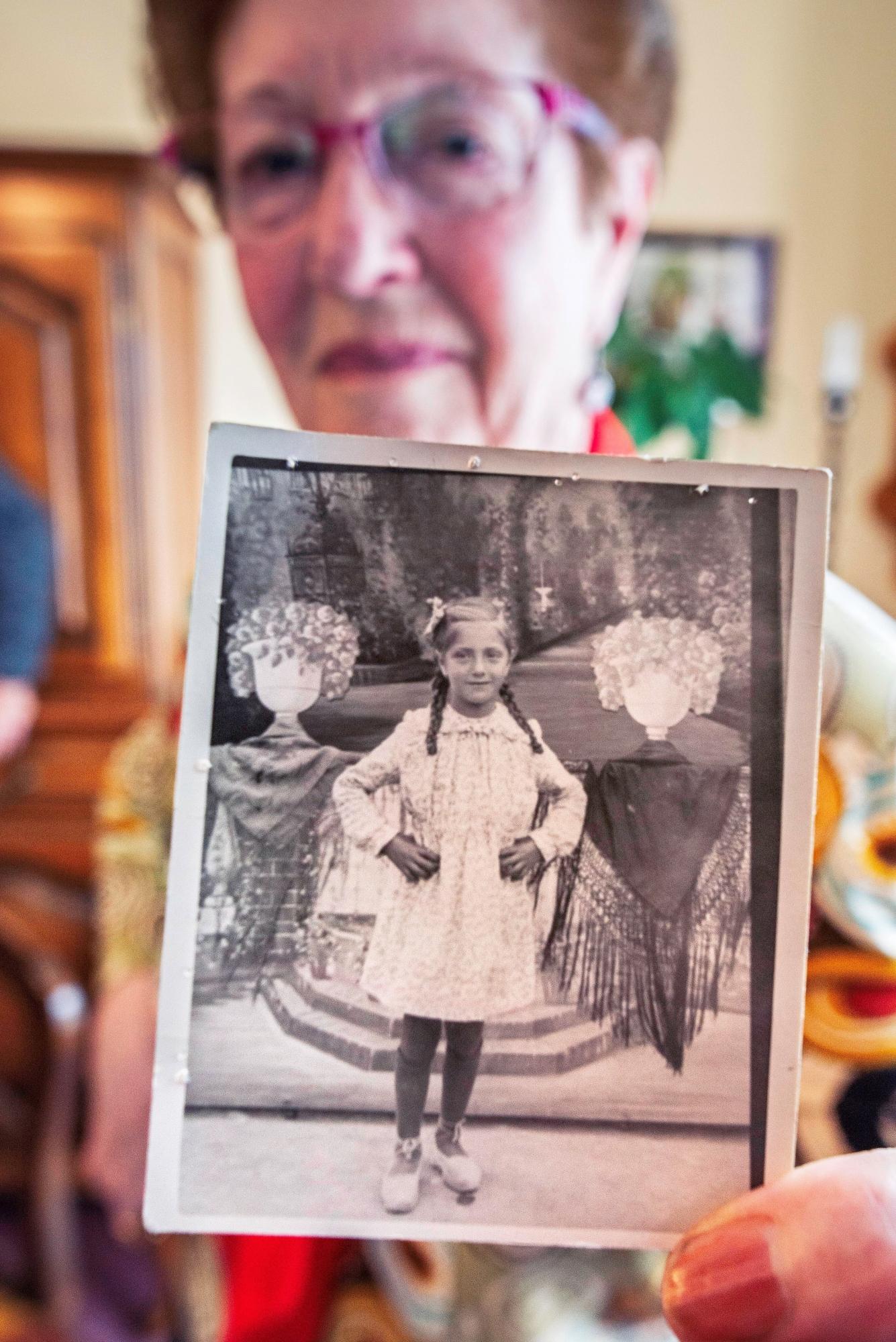 """Paquita González muestra la foto que la hicieron de niña, una de las escasas posesiones que le confiscaron a su padre, Francisco, cuando ingresó en un campo de concentración nazi. (EFE)<br /> """" title=""""Paquita González muestra la foto que la hicieron de niña, una de las escasas posesiones que le confiscaron a su padre, Francisco, cuando ingresó en un campo de concentración nazi. (<span class="""
