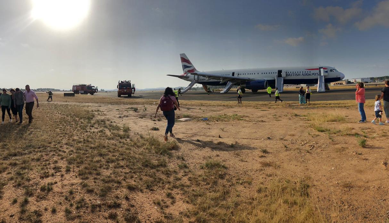 El avión de British Airways que presentó la emergencia.  (Foto: Twitter @lucyaabrown)