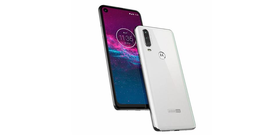 El Motorola One Action contará con un pequeño orificio en donde se encuentra la cámara frontal de 13 megapíxeles. (Foto: Motorola)