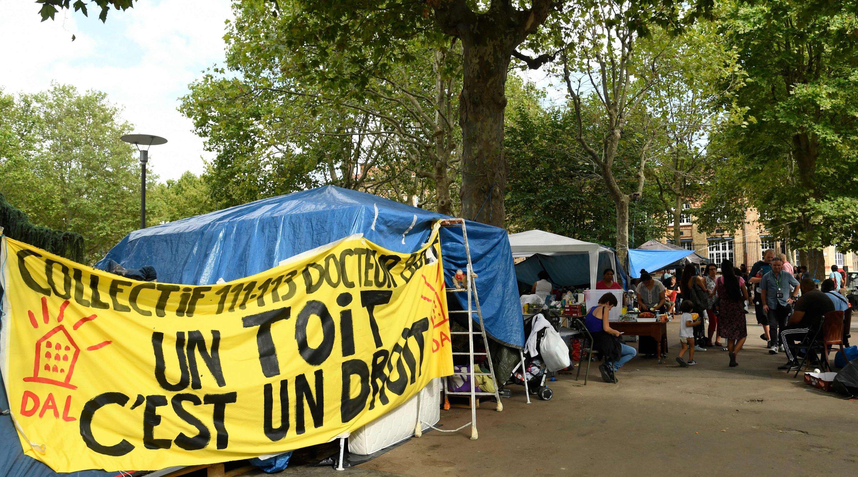 Tras su expulsión, los latinos acampan frente a una alcaldía cerca de París. (Foto: AFP)