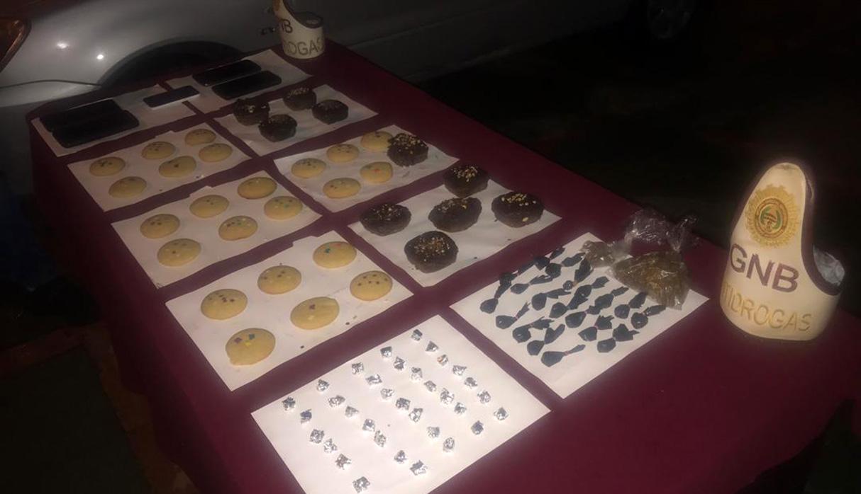 Además de las galletas, a los detenidos también se les halló bolsas de marihuana y envoltorios de cocaína. (Foto: Twitter @GNB_CZBolivar)