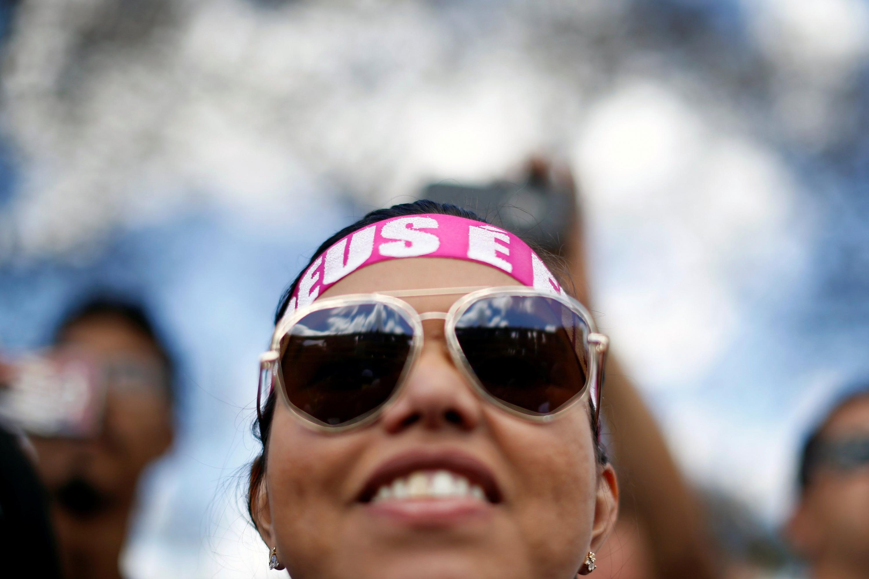 Una mujer reza durante una marcha evangélica por Jesús en Brasilia, Brasil. (Foto: Reuters)