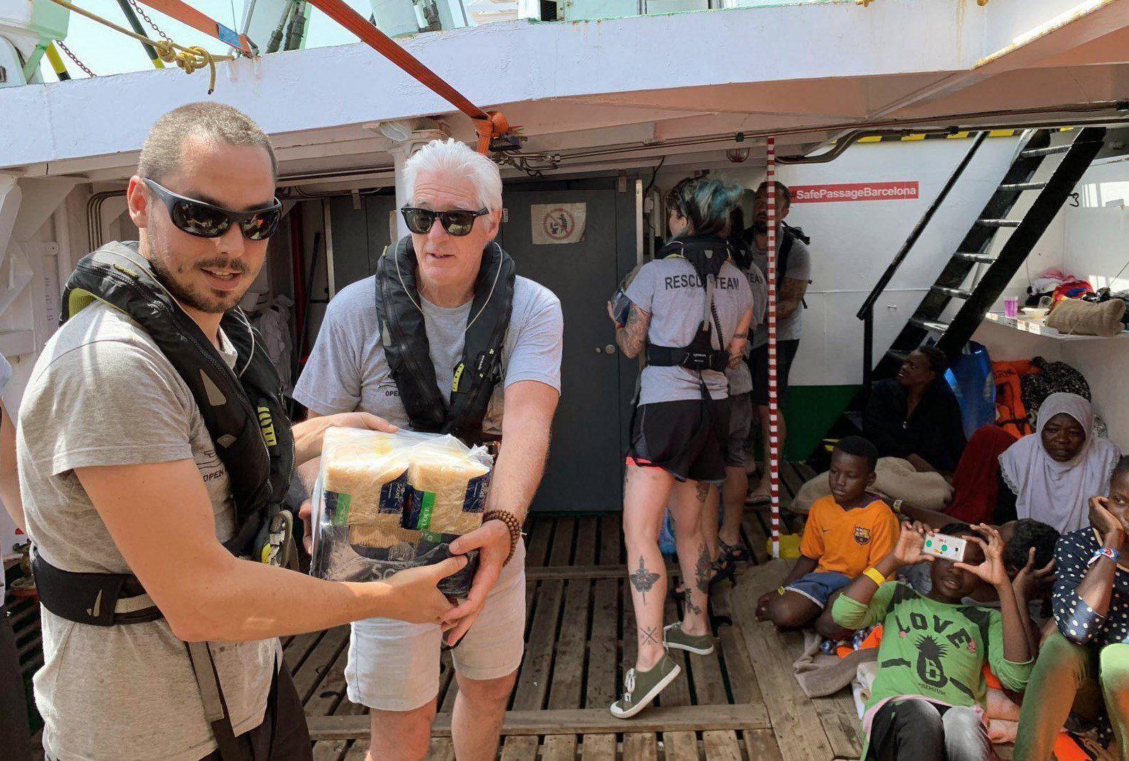 Richard Gere llevó comida y provisiones a barco con 121 inmigrantes rescatados. (Foto: EFE)