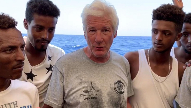 Richard Gere con los migrantes, cuyo ingreso ha sido prohibido en Italia y Malta. (Foto: AFP)