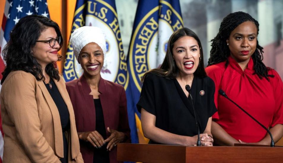 Rashida Tlaib, Ilhan Omar, Alexandria Ocasio-Cortez y Ayanna Pressley son las cuatro legisladoras que representan el ala izquierdista del Partido Demócrata. (Foto: EFE)
