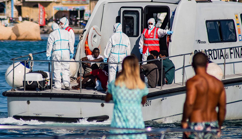 27 migrantes menores de edad del barco Open Arms fueron recibidos en las costas de Italia, acto que fue aceptado a regañadientes por Salvini. (Foto: AFP)