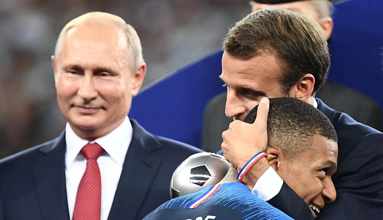 Putin y Macron durante la ceremonia de premiación tras la final del Mundial Rusia 2018. (Foto: AFP)