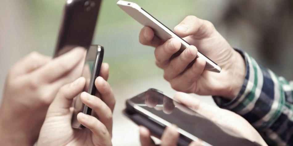 Los smartphones han democratizado el acceso a la red, expandiendo sus beneficios a casi todos los segmentos socioeconómicos. (Foto: Shutterstock)