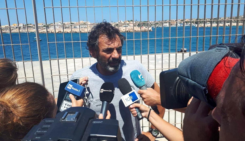 Oscar Camps, fundador de ONG Open Arms, señala que migrantes podrían viajar de Catania a Madrid en Avión. (Foto: EFE)