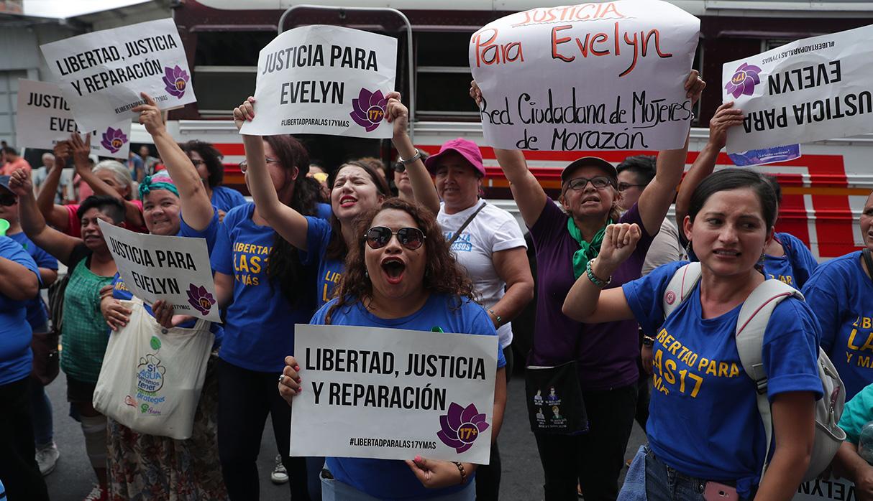 Evelyn Hernández recibió apoyo durante este largo proceso. (Foto: EFE)