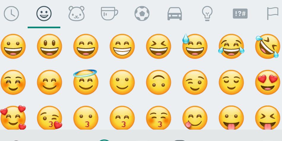 El emoji se la carita al revés se encuentra en el primer apartado de WhatsApp. ¿La has usado alguna vez? Conoce qué significa. (Foto: Emojipedia)