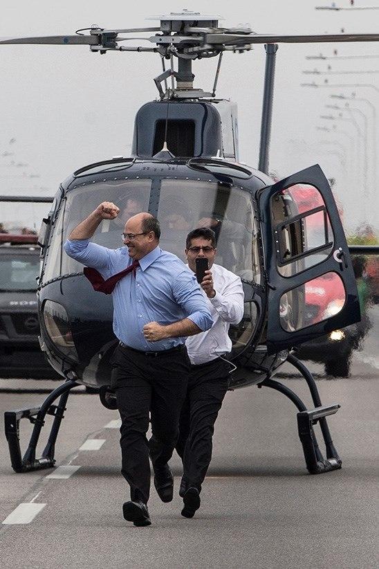 El gobernador del estado de Río de Janeiro, Wilson Witzel, celebra luego que bus fuera liberado y con todos sus rehenes sanos y salvos. (Foto: EFE)