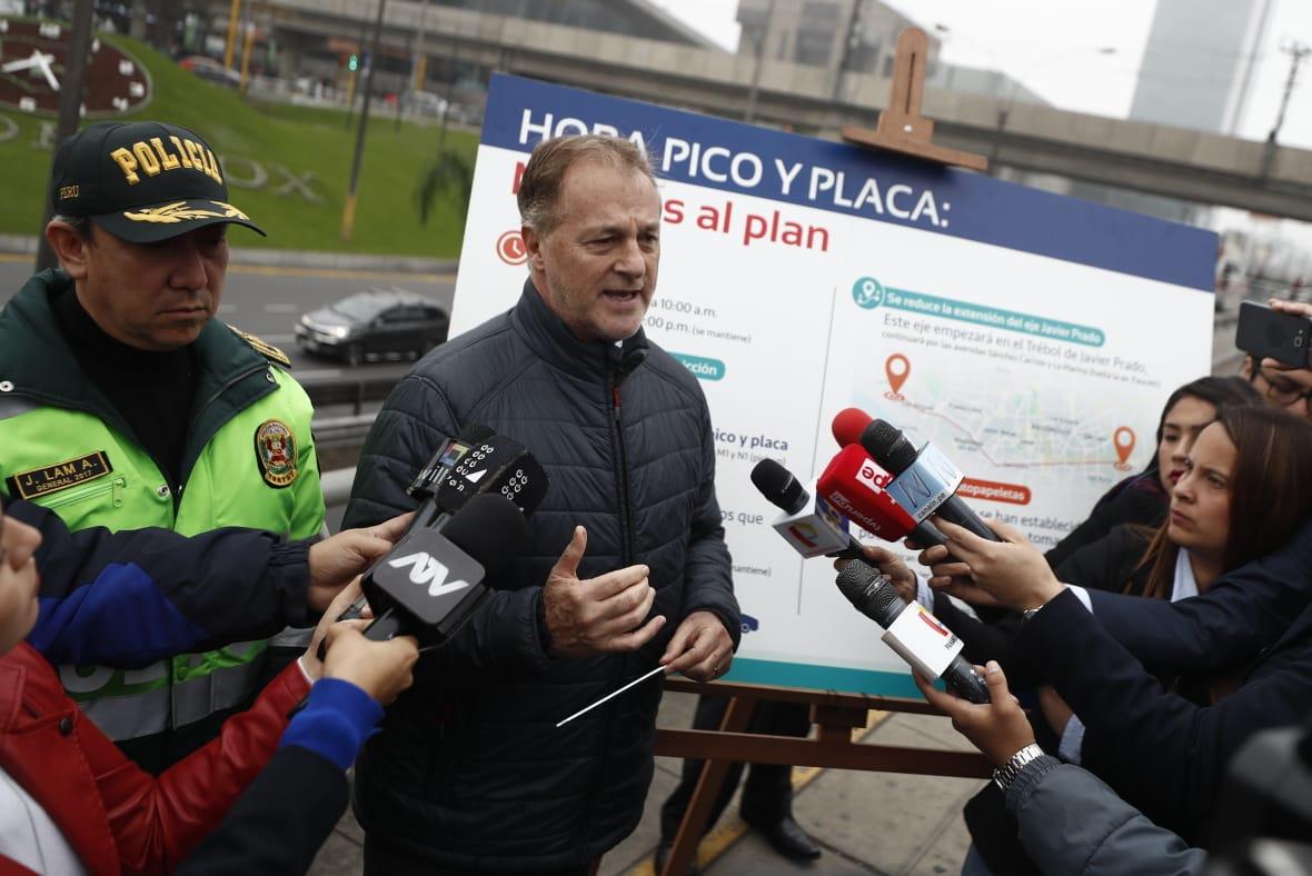El alcalde de Lima inspeccionó el funcionamiento del plan 'pico y placa' en el eje Javier Prado. (Foto: César Campos)