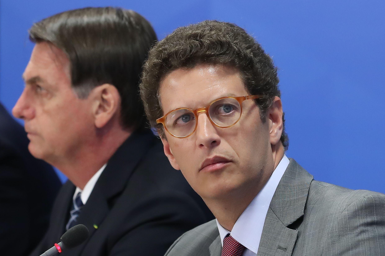Imagen donde aparece el ministro de Medio Ambiente de Brasil, Ricardo Salles, junto al presidente Jair Bolsonaro. (Foto: AFP)