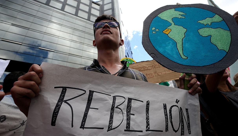 En Ecuador, un nutrido grupo de manifestantes se presentó en la embajada de Brasil, en Quito. (Foto: EFE)