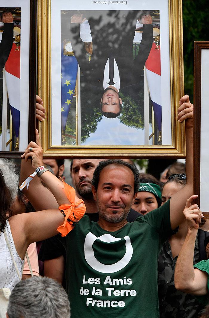 Activistas protestas por las políticas sociales y medioambientales de Emmanuel Macron. (Foto: AFP)