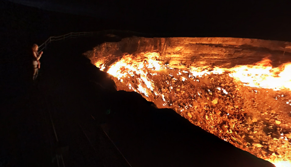El pozo de Darvaza, conocido popularmente como la 'Puerta al Infierno', es un enorme cráter de 69 metros de diámetros y 30 de profundidad. (Google Maps)