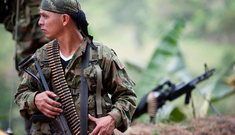Miembro de las FARC con una ametralladora mediana sirve un puesto de control cerca del municipio de Toribio, departamento de Cauca. (Foto: AFP)