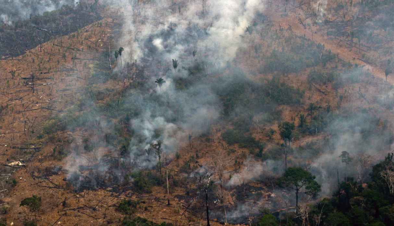 Pará, Amazonas y Rondonia son los tres estados brasileños con el mayor número de incendios. En la foto, vista aérea de un parche de bosque despejado con fuego cerca a Boca do Acre, estado de Amazonas. (Foto: AFP)