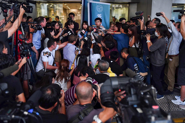 Joshua Wong y Agnes Chow brindan una conferencia de prensa en Hong Kong. (Foto: AFP)