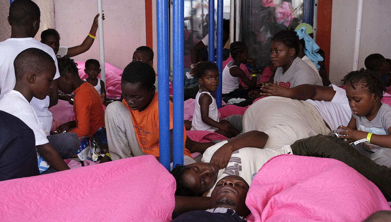Días atrás, ante la emergencia sanitaria, un importante grupo de niños y mujeres embarazadas pudieron desembarcar en el puerto de Lampedusa. (Foto: EFE)