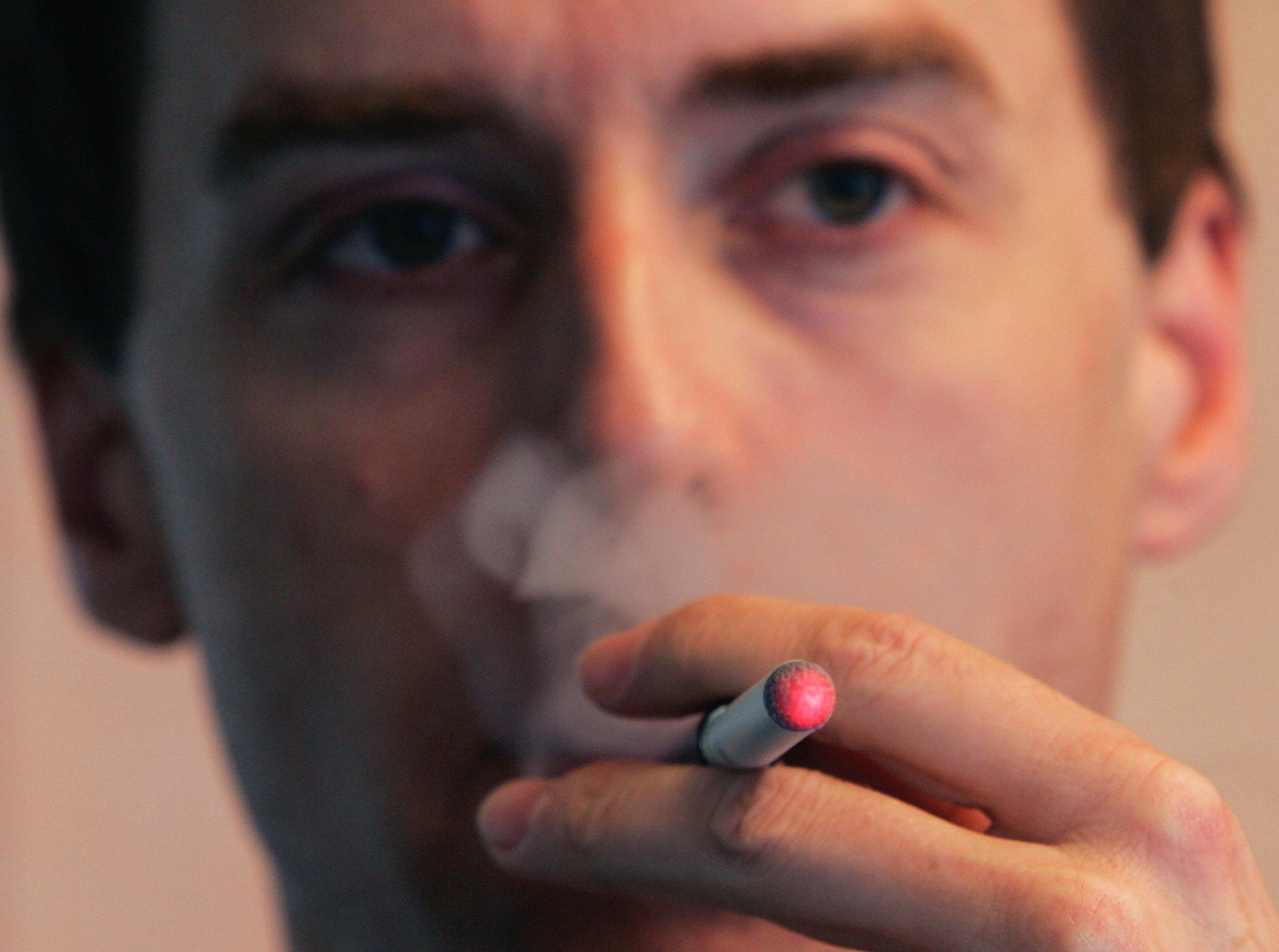 Los líquidos de los cigarrillos electrónicos podrían haber causado los problemas respiratorios en los estudiantes. (Foto: Reuters)