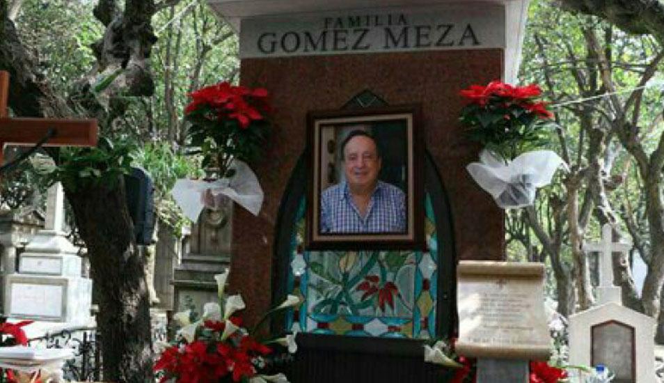 Algunos usuarios han manifestado que es imposible tomar fotos o grabar videos en la tumba de Roberto Gómez Bolaños. (Foto: Google)