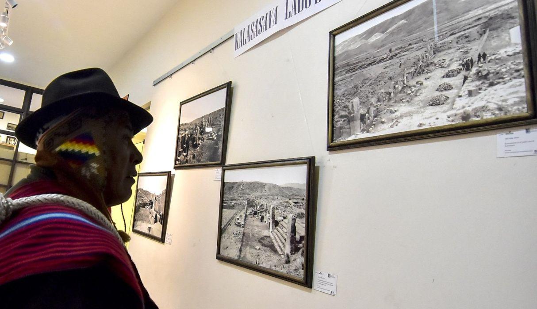 Un hombre mira varias de las fotografías inéditas de la ciudad prehispánica de Tihuanaco en exhibición este martes, en La Paz. (EFE)