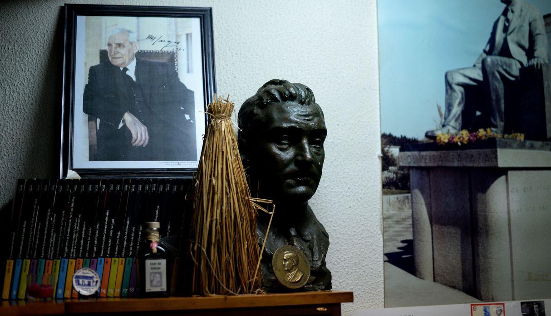 En la imagen se puede observar un retrato y busto del ex dictador Salazar en un restaurante en el centro de Santa Comba Dão.(Archivo / AFP)