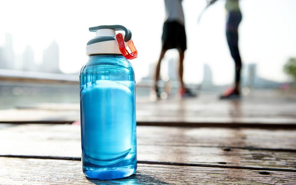 Tener una hidratación adecuada de 400 a 600 ml de agua 1 o 2 horas antes de comenzar la actividad es fundamental. (Foto: Pixabay)
