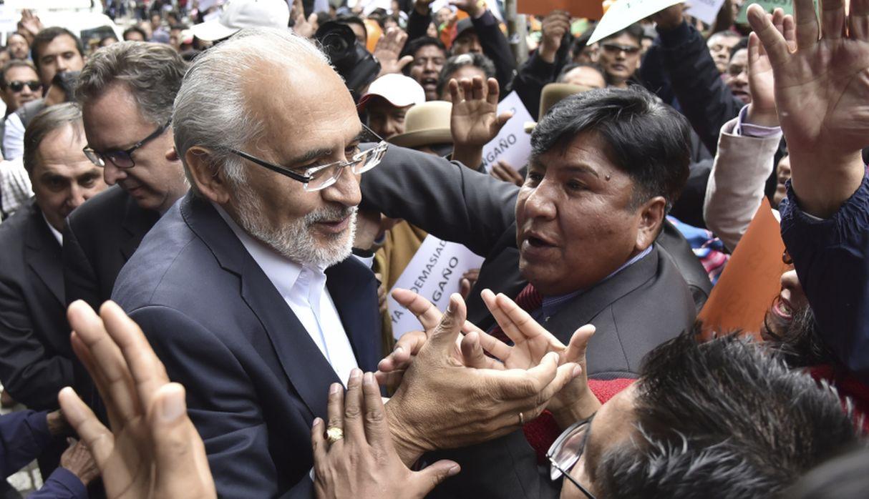 Carlos Mesa, que ya fue elegido como presidente en 2003, vencería en tres regiones de Bolivia. (AFP)