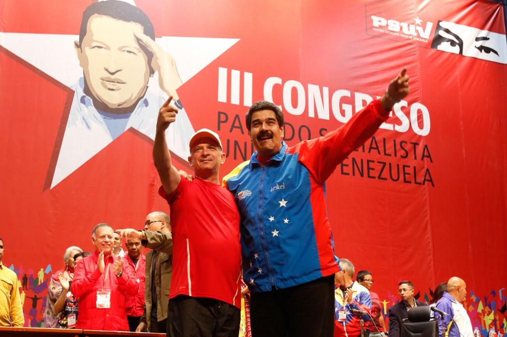 Imagen de Nicolás Maduro junto al mayor general venezolano retirado Hugo Carvajal en Caracas el 27 de julio de 2014. (AFP)
