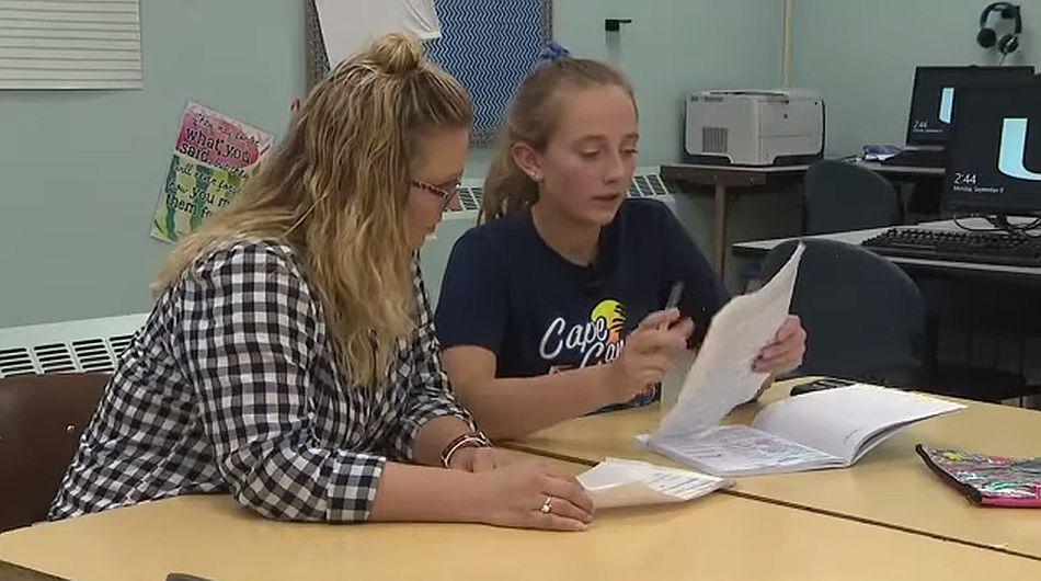 La adolescente no puede llevar una vida normal y en la escuela tiene múltiples complicaciones tras el accidente. (Foto: captura YouTube)