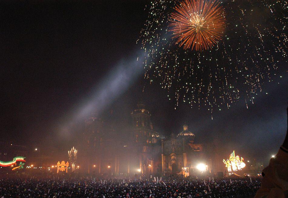 Cada año, miles de mexicanos se congregan en la plaza de la constitución de la capital azteca para celebrar junto al Presidente la Independencia de México. (Foto: EFE)