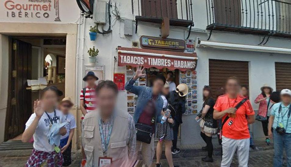 Así reaccionaron estos turistas al ver el auto de Google Maps. (Foto: Google)